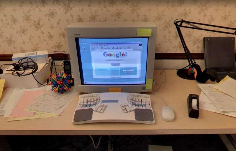 車庫內的電腦仍維持 20 世紀時的復古模樣,還原草創期的風貌。(圖/智慧機器人網提供)