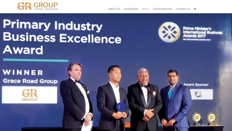 金先生還有與斐濟總理弗蘭克·拜尼馬拉馬的合影,此前該集團獲得了總理頒發的國際商業獎。(圖/BBC中文網)