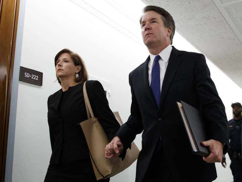 美國聯邦最高法院大法官被提名人卡瓦諾緊牽妻子的手,他被指控高中與大學時期性侵未遂(AP)
