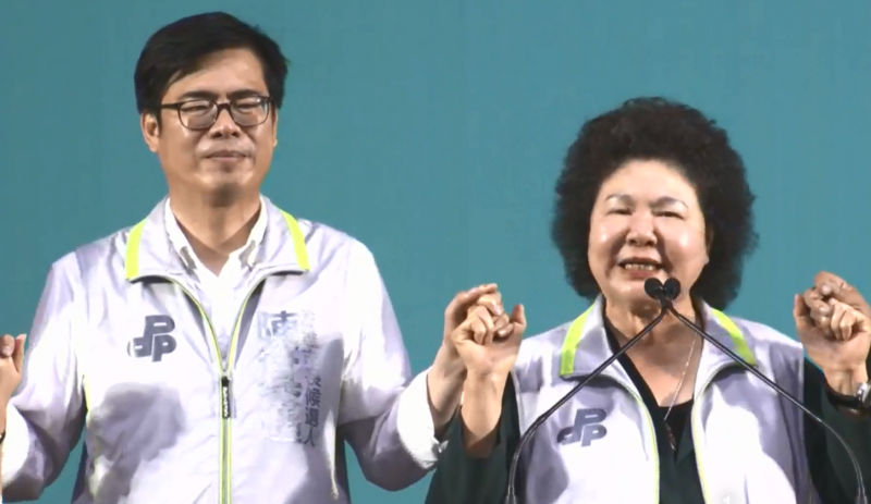20190929-總統府秘書長陳菊(右)29日出席高雄市長參選人陳其邁(左)在農漁水利會的後援會成立大會。(翻攝自陳其邁臉書直播影片)