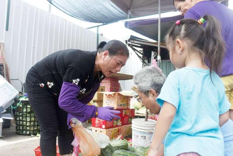 20170930-在萬華菜市場賣菜的越南單親媽媽阿新(辛母羊攝影;人生百味提供)