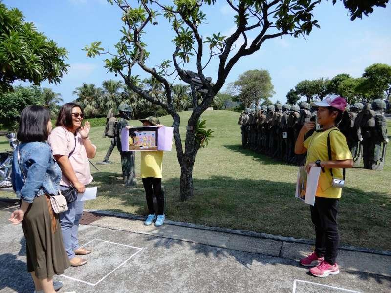 兒童藝工將於每周日下午兩點為參觀朱銘美術館的民眾導覽。(圖/新北市朱銘美術館提供)
