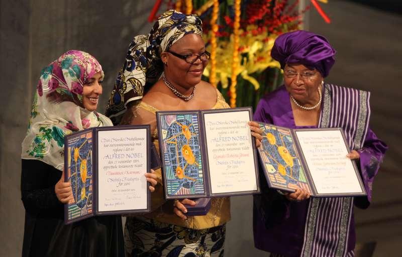 (由左至右)卡曼、葛波薇和瑟利夫(Ellen Johnson Sirleaf)三名女性2011年共同獲頒諾貝爾和平獎。(Harry Wad@Wikipedia/CC BY-SA 3.0)