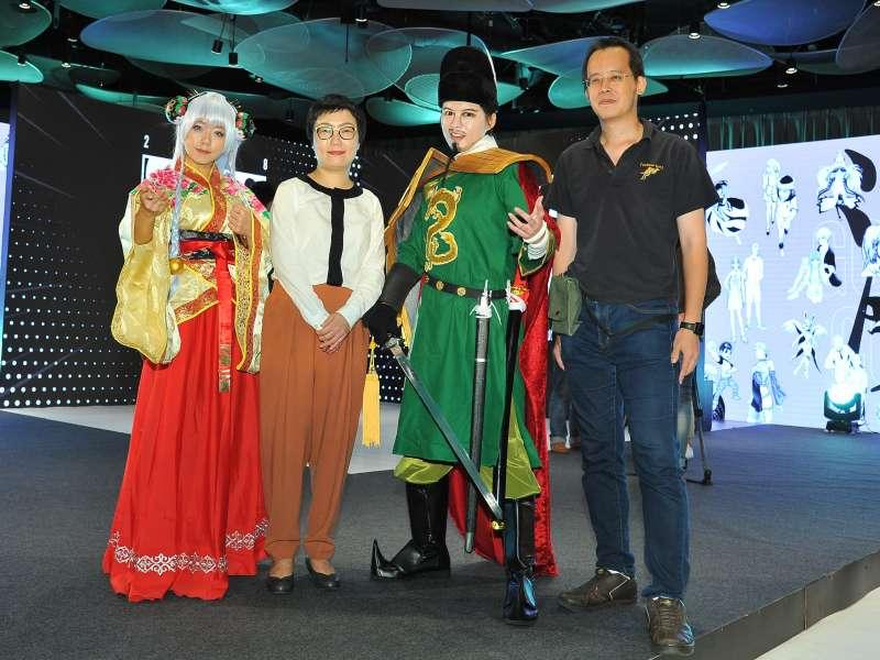 文化部次長丁曉菁與《冥戰錄》林默娘、《1661_國姓來襲》國姓爺兩位漫畫角色禮賓人員,及《1661_國姓來襲》漫畫家李隆杰。(文化部提供)