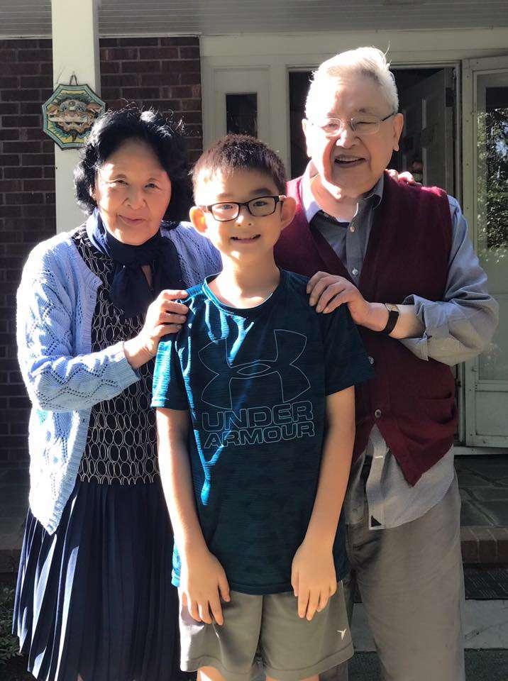 1989年北京民運時期,史學泰斗余英時(右)於美國任教,但仍積極聲援中國民運人士。圖為余英時夫婦與作家余杰兒子光光。(翻攝余杰臉書)
