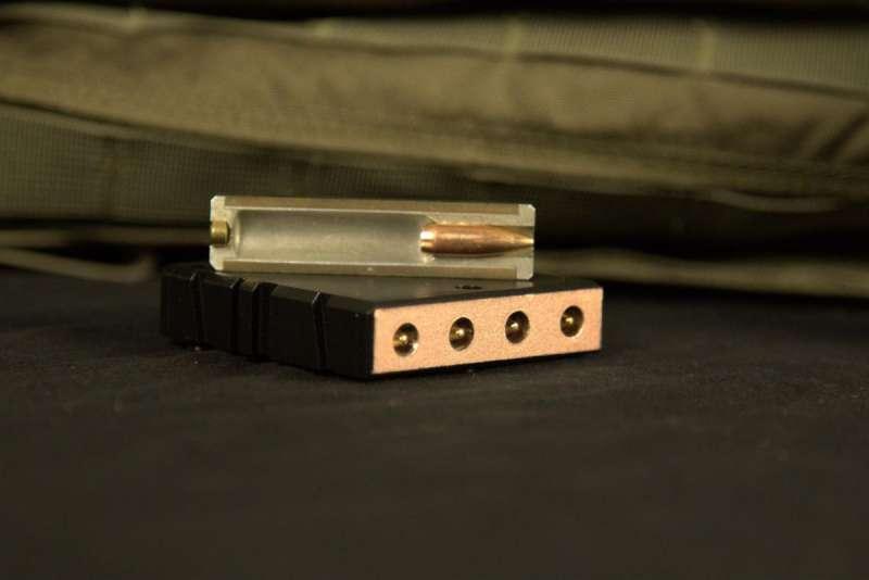 ▲緞帶槍使用獨特設計的彈夾,每塊裝有 4 枚無殼彈。(圖/翻攝自 Colorado Springs Gazette,智慧機器人網提供)