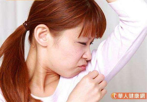 狐臭主要集中在「腋下」,不會因為治療而轉移到其他地方。(圖/華人健康網提供)