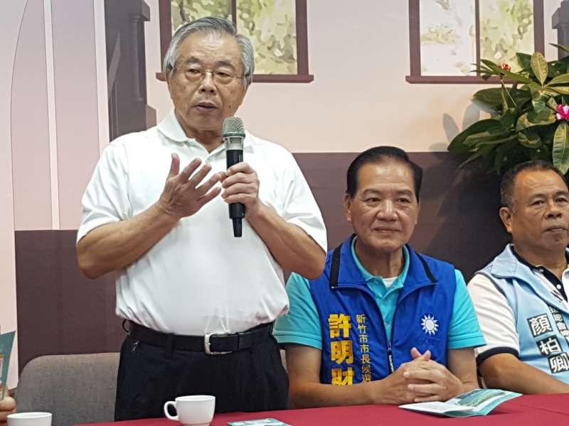 前市長童勝男(左)現身粉碎謠言,認為許明財擔任市長,謝文進繼續監督市政,對新竹市的未來會更好。(圖/方詠騰攝)