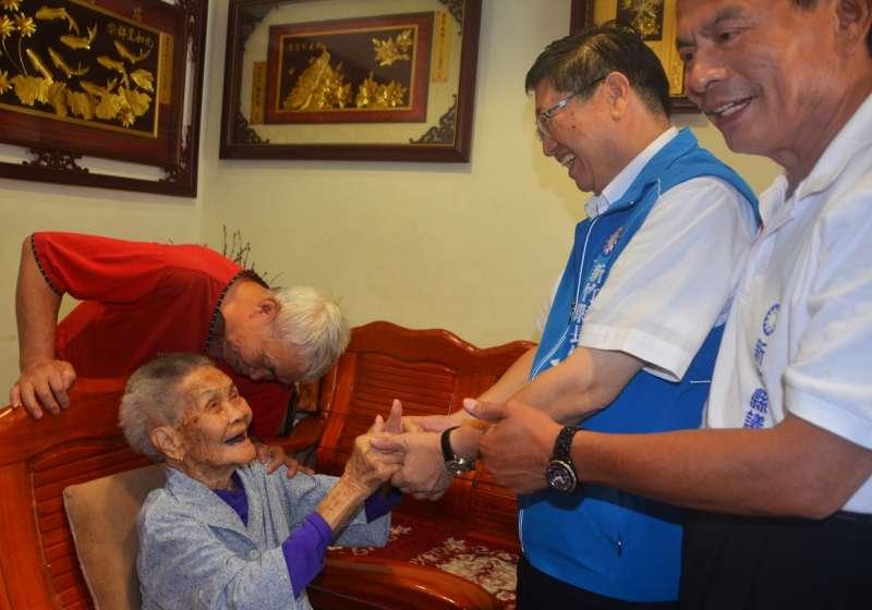 111歲人瑞曾彭尾妹雙手比讚,預祝楊文科高票當選。(圖/楊文科競選總部提供)