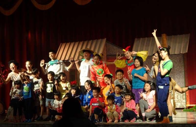 「極至體能舞蹈團」邀請小朋友上台一起互動,現場歡樂氣氛嗨到最高點。(圖/國立新竹生活美學館提供)