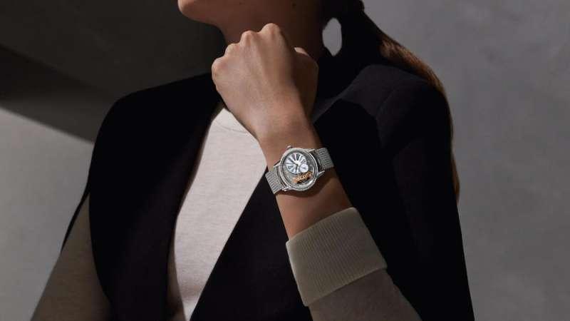 全新一代的Millenary的千禧女錶,以開放式機芯、霜金裝飾技術以及交織的波蘭式錶帶,走出自己的時計之路,同時演繹千禧世代的女性三大魅力指標!(圖/ Audemars Piguet提供)