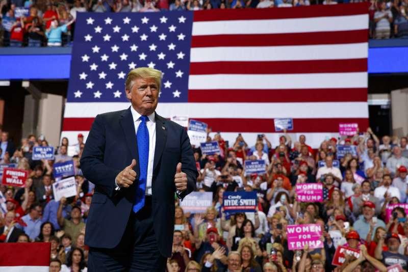 2018年10月2日,美國總統川普在密西西比州一場造勢大會上,不實嘲諷指控大法官被提名人卡瓦諾意圖性侵的福特「只記得喝了一杯啤酒」。(AP)