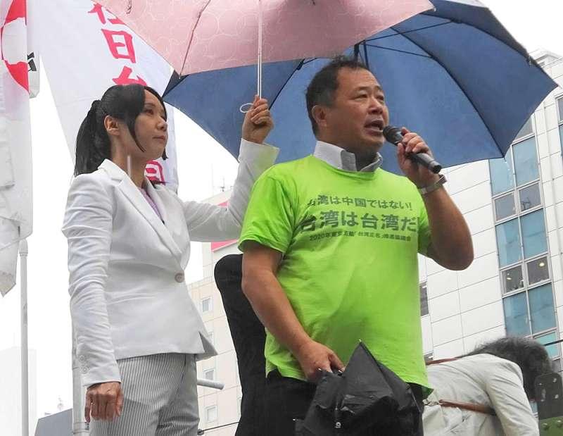 永山英樹(右)與同伴在東京街頭發起連署,讓台灣以台灣之名參加東京奧運。(翻攝自永山英樹臉書)