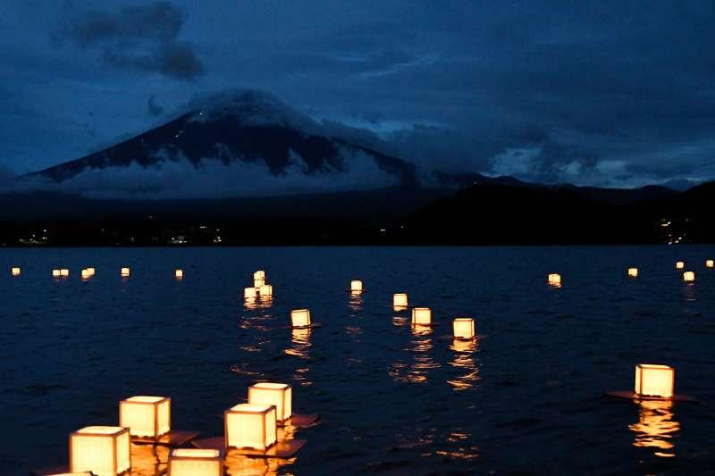 燈火依傍著富士山,河口湖一帶洋溢著靜謐的氣息,人們看著湖面上的水燈,靜心寫下心願,心中也將感到平靜與安慰。(圖/真如苑)