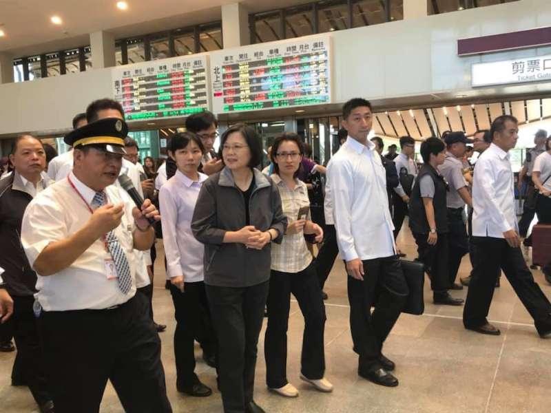 j總統蔡英文3日參觀花蓮新站。(賴坤成臉書).jpg