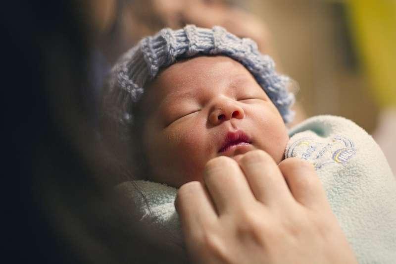 如何能即時發現嬰幼兒的各種狀態變化、提供警示,是值得關注的重要智慧家庭應用。(圖 / skimpton007@pixabay)