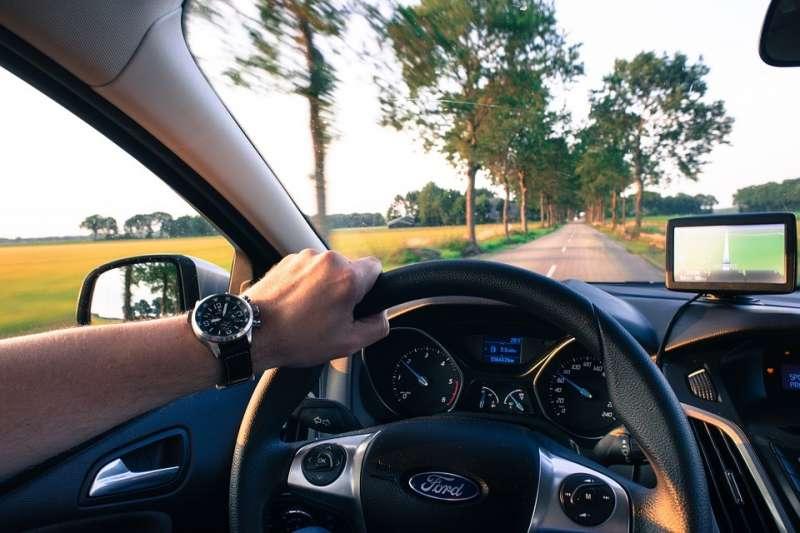車輛行駛間,往往有許多視覺盲區,而透過智慧應用有機會能讓道路行駛變得更加安全。(圖 / Skitterphoto@pixabay)