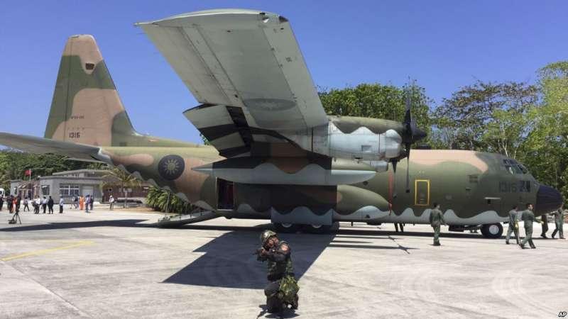 台灣海岸警衛隊在南沙群島的太平島上的一架C-130軍用運輸機(2016年3月23日)。美國對台灣最新的一批軍售只是台灣空軍所需的F-16、C-130等飛機的零件設備。(美聯社)