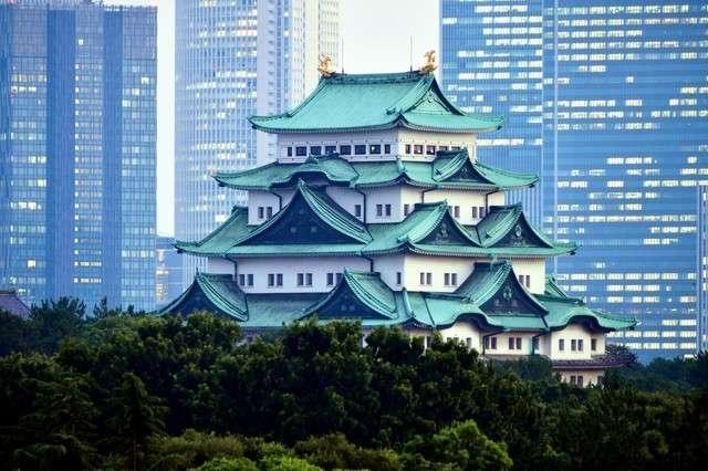 以JR名古屋車站前的高樓大廈群為背景的名古屋城大天守(圖/潮日本)