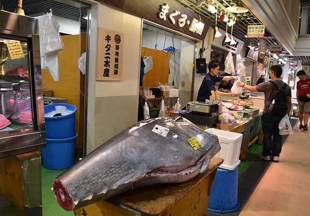 築地魚河岸的鮮魚店在店頭擺出巨大鮪魚(圖/潮日本)