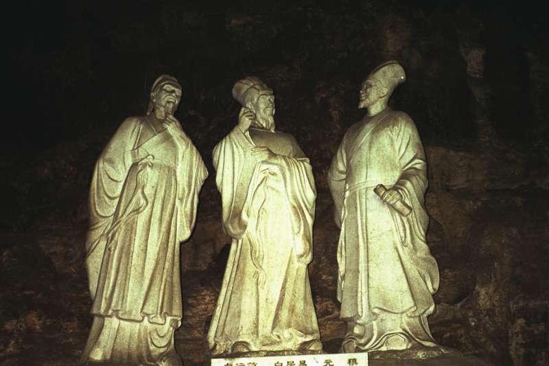 宜昌市三游洞摩崖白居易、白行簡、元稹塑像。(圖/維基百科)