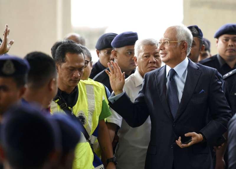 2018年10月4日,前馬來西亞總理納吉涉及一馬公司弊案,受法院傳喚出庭。(AP)
