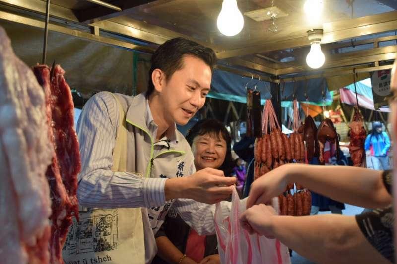 鄭朝方與立委陳曼麗在竹東市場採買,受到鄉親朋友熱情歡迎。(圖/鄭朝方總部提供)