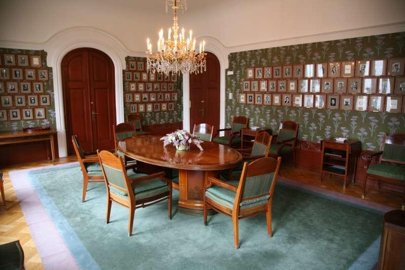 挪威諾貝爾委員會會議室,牆壁上掛滿歷屆和平獎得主照片。(Hans A. Rosbach@Wikipedia / CC BY-SA 3.0)