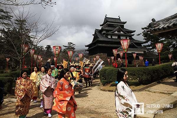 國寶松江城,每年的春天都會舉辦武者行列,由當地民眾打扮成古代的武者,相當有趣。(攝影:陳威臣)