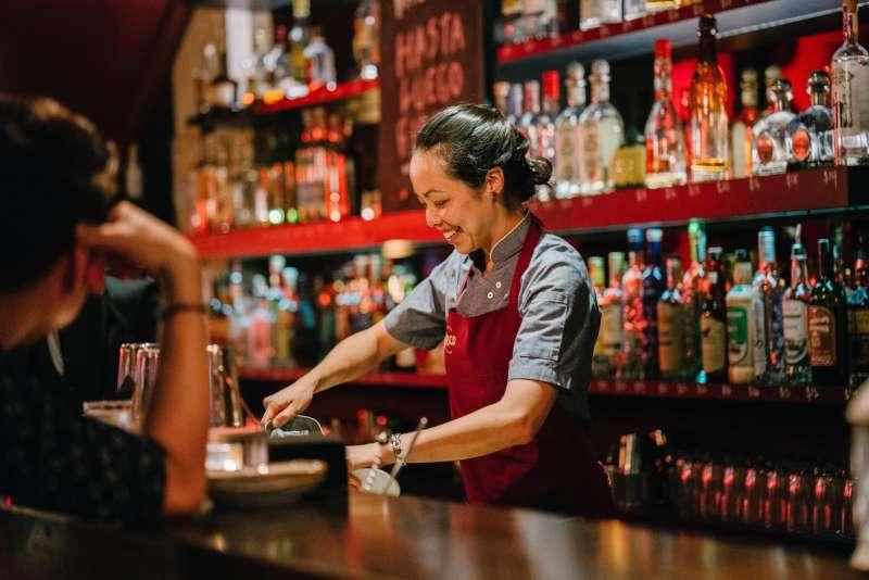 """在飯店酒吧消費,請服務員把帳單記在住房費用上,可以說""""Please charge drinks to my room.""""(圖/取自pexels)"""
