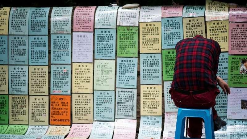 一些老人擔心未婚子女,在相親角幫子女找對象。(圖/BBC中文網)