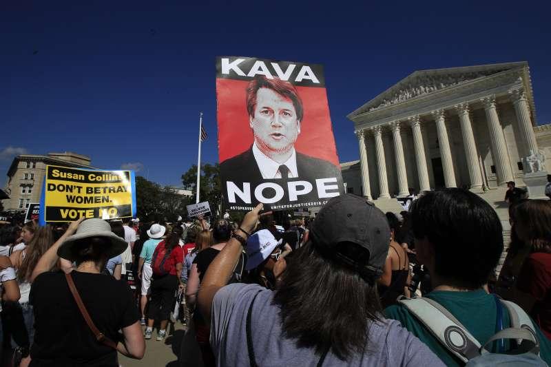 群眾聚集在美國最高法院前,抗議卡瓦諾任命案。(AP)
