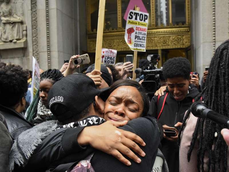 5日審判結果出爐後,芝加哥法院外的民眾激動相擁,有些人流下歡喜的淚水(美聯社)