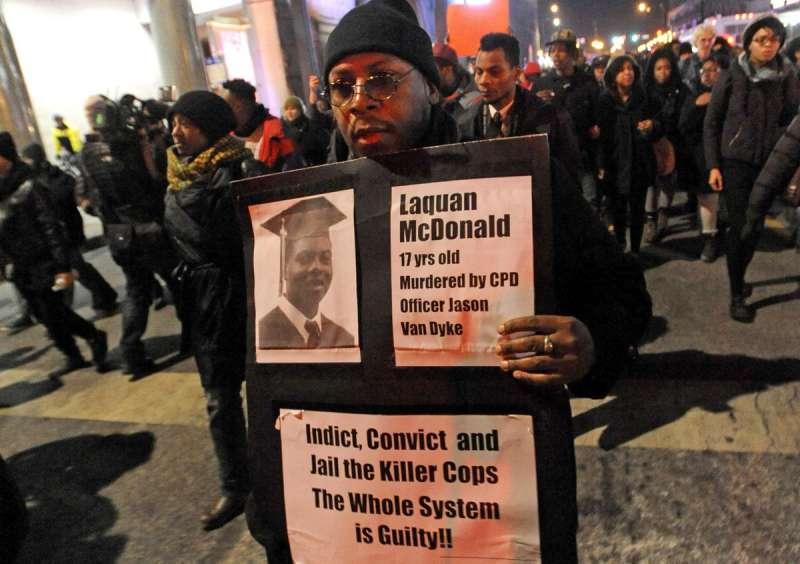 2015年11月,芝加哥一名男子舉著麥克唐納的照片抗議(美聯社)