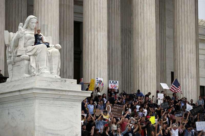 2018年10月6日,美國聯邦參議院投票通過聯邦最高法院大法官卡瓦諾(Brett Kavanaugh)任命案,引發民眾聚集抗議。(AP)