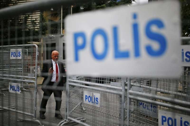 沙烏地阿拉伯知名記者哈紹吉(Jamal Khashoggi)進入沙國駐伊斯坦堡領事館後離奇失蹤。領事館內戒備森嚴。(AP)