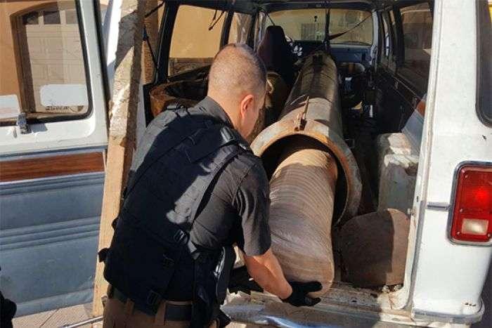 警方正在取出車上的大麻砲彈。(圖/智慧機器人網提供)