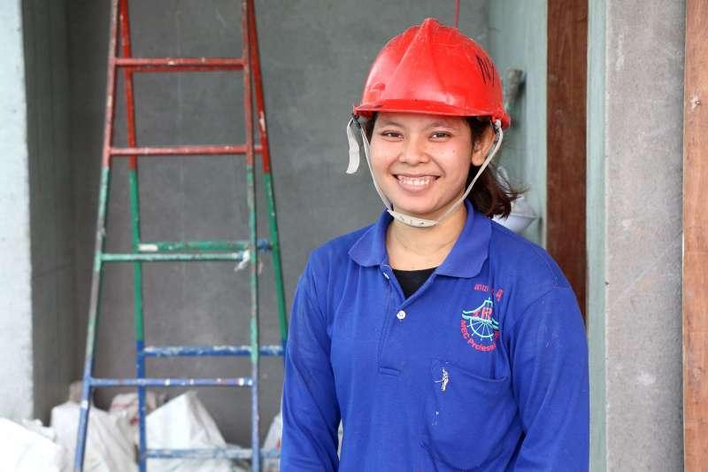 柬埔寨女孩席芮妮參加了世界展望會的職能培訓方案,經過六個月培訓,席芮妮獲得了建設公司全職工作。(台灣世界展望會提供)