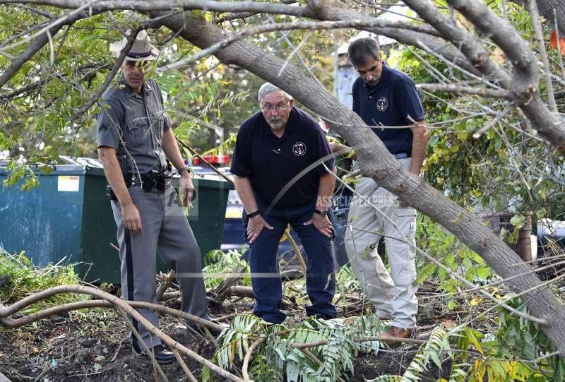 一名警官和國家運輸安全委員會成員7日在車禍現場(AP)