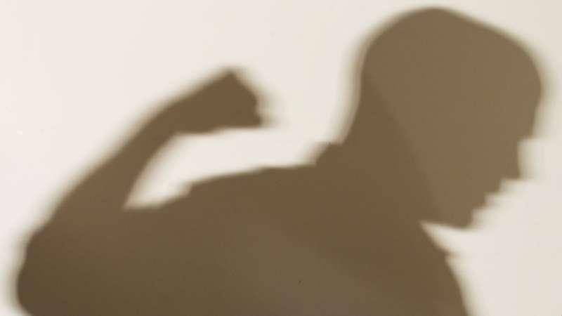 縱使只有施暴者的剪影,看起來依然令人恐懼。(圖/BBC中文網)