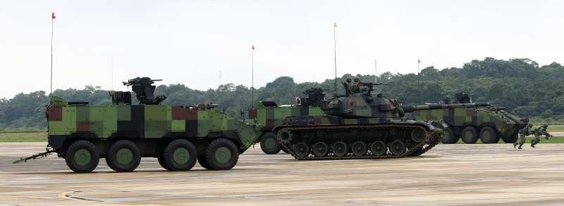 20181009-陸航601旅龍城營區,第三作戰區「地空聯合作戰」實兵演練,圖為是雲豹8輪甲車(左),右邊是CM-11戰車(右)。(蘇仲泓攝)