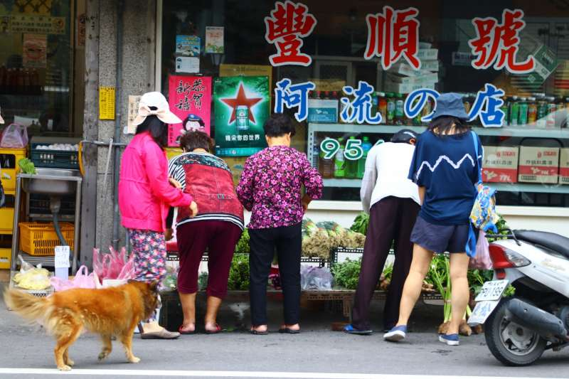 接受許多老農夫寄賣的青菜攤,其實是雜貨店老闆娘額外提供的社區服務。(圖/想想論壇,攝影李公元)