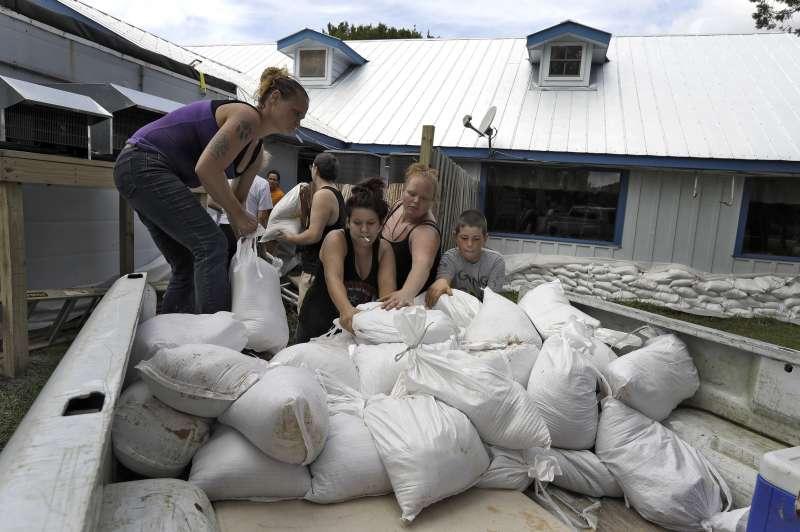10月9日,颶風「麥克」即將來襲,美國佛州濱海的西特拉斯郡歐塞羅(Ozello)一間餐庭的員工正在堆沙包(美聯社)