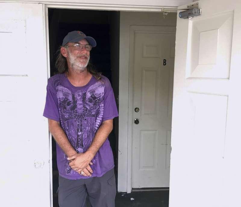 美國佛州貝郡巴拿馬市海灘市(Panama City Beach)居民湯瑪斯說,他住在兩層樓的公寓裡,他認為這樣很安全,沒必要因為颶風「麥克」來臨而撤離(美聯社)