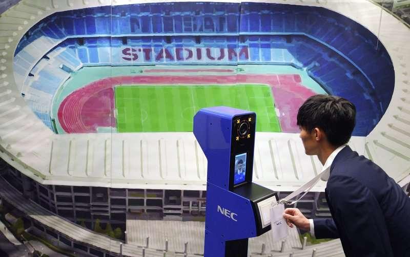 英國研究預估,人類平均可辨識5000張臉。圖為東京奧運的人臉辨識系統。 (AP)