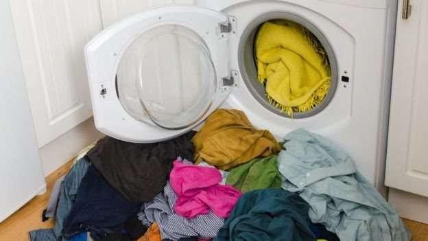 洗衣桶越滿衣物之間的摩擦越少。(圖/BBC中文網)