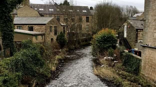 英國的河牀充滿了塑料微粒。(圖/BBC中文網)
