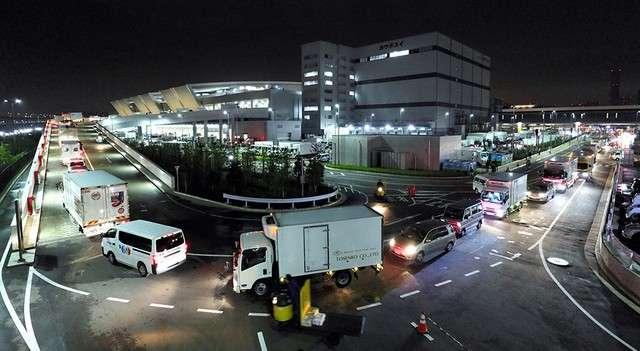 開往豐洲市場水產中盤賣場棟的貨車及車輛擠得坡道水洩不通(圖/潮日本)