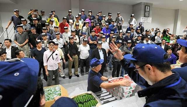 蔬果競拍在氣勢十足的吆喝聲下進行(圖/潮日本)
