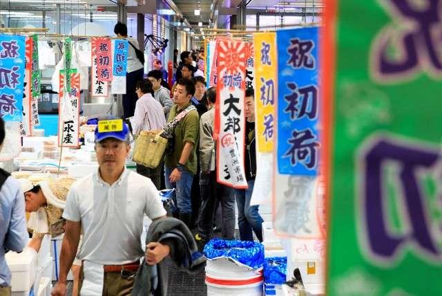 豐洲市場的水產中盤賣場棟熱鬧不已,店鋪門口前掛著首批進貨的慶祝旗幟(圖/潮日本)